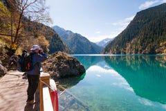 Touriste dans le paysage de Jiuzhaigou Photo stock