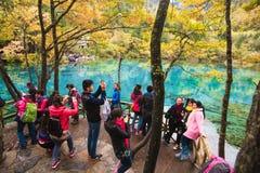Touriste dans le paysage de Jiuzhaigou Image libre de droits