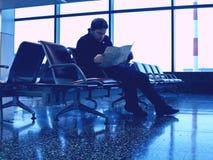 Touriste dans le refuge dans l'aéroport Photographie stock libre de droits