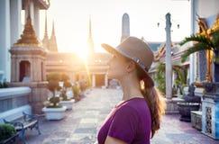 Touriste dans le temple à Bangkok Images stock