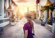Touriste dans le temple à Bangkok Photographie stock