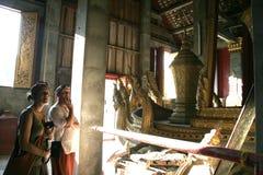 Touriste dans le temple de Loas Images stock