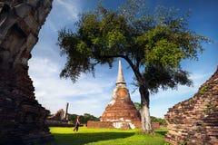 Touriste dans les ruines de la Thaïlande antique Images stock