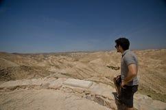 Touriste dans un désert Photographie stock libre de droits