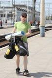 Touriste de bicyclette avec la marche de sac à dos Image stock