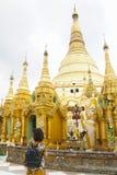 Touriste de dame de femme prier au temple de pagoda de shwedagon, Myanmar image stock