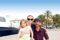 Touriste de famille dans le port de ville d'Ibiza Images stock