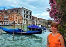 Touriste de femme à Venise (vue avec des gondoles) photographie stock