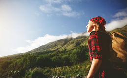Touriste de femme au sommet de montagne au coucher du soleil dehors pendant la hausse image libre de droits