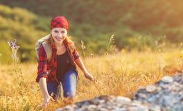 Touriste de femme au sommet de montagne au coucher du soleil dehors pendant la hausse images libres de droits