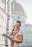 Touriste de femme avec la carte ayant la visite guidée à pied audio, Florence Photos stock