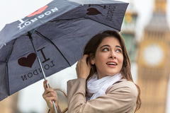 Touriste de femme avec le parapluie par Big Ben, Londres, Angleterre photo stock