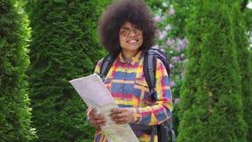 Touriste de femme d'afro-américain de portrait avec une coiffure Afro MOIS lent clips vidéos