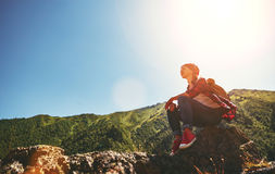 Touriste de femme en haut de la montagne au coucher du soleil dehors dedans Photos stock