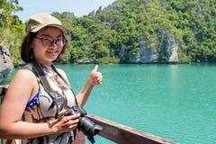 Touriste de femme prenant la lagune de bleu de photos Image libre de droits