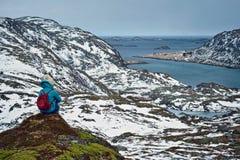 Touriste de femme sur des îles de Lofoten, Norvège Image libre de droits