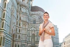 Touriste de femme tenant le Duomo proche et examinant la distance Photographie stock
