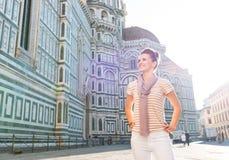 Touriste de femme tenant le Duomo proche et examinant la distance Image libre de droits