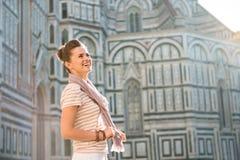 Touriste de femme tenant le Duomo proche et examinant la distance Photos libres de droits