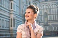Touriste de femme tenant le Duomo proche et examinant la distance Photo stock