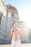 Touriste de femme tenant le Duomo proche et examinant la distance Images libres de droits