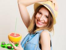 Touriste de fille d'été tenant des agrumes de pamplemousse Photo libre de droits