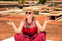 Touriste de fille dans le grand temple dans Trichy Photo libre de droits
