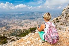 Touriste de jeune femme avec le comprimé sur la vue panoramique de fond des montagnes sur l'île de la Sardaigne dans l'espace lib Images stock