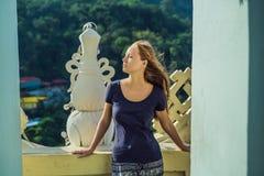 Touriste de jeune femme dans le temple bouddhiste Kek Lok Si à Penang, Malaisie, Georgetown images libres de droits