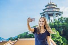 Touriste de jeune femme dans le temple bouddhiste Kek Lok Si à Penang, Malaisie, Georgetown images stock