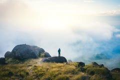 Touriste de l'Asie de filtre d'Instagram le jeune à la montagne observe au cours du matin brumeux et brumeux image libre de droits