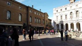touriste de la vidéo 4k prenant les photos mobiles dans Piazza Vecchia Bergame, Italie banque de vidéos