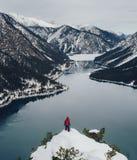 Touriste de photographe de nature avec des pousses d'appareil-photo tout en se tenant dessus photos stock