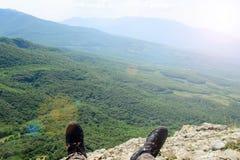 Touriste de pied dans des espadrilles sur la montagne Vue des côtes Image stock