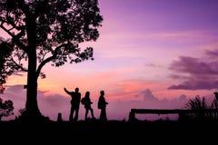 Touriste de silhouette ayant l'amusement au temps de coucher du soleil Photo libre de droits