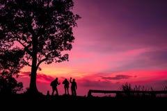 Touriste de silhouette ayant l'amusement au temps de coucher du soleil Images libres de droits