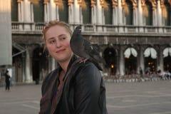 Touriste de sourire avec le pigeon sur l'épaule. Images stock
