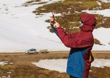 Touriste de type prenant des photos d'une cascade dans les montagnes d'I Photographie stock