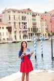 Touriste de voyage de femme avec l'appareil-photo et carte à Venise Image libre de droits