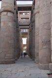 Touriste entre les colonnes de Karnak Luxor, Egypte Photos stock