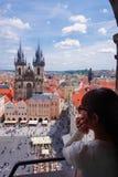 Touriste féminin asiatique regardant en bas de la vieille place de l'observatoire de la tour d'horloge astronomique à Prague photo stock