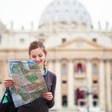 Touriste féminin assez jeune étudiant une carte photos stock