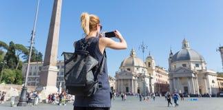 Touriste féminin avec un sac à dos fashinable de hippie de vintage prenant l'oof Piazza del Popolo de photo à Rome, Italie par el Images stock