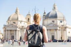 Touriste féminin avec un sac à dos fashinable de hippie de vintage sur Piazza del Popolo à Rome, Italie Photo libre de droits