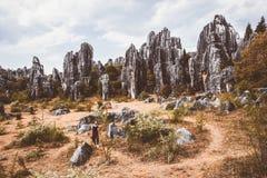 Touriste féminin et formations énormes de chaux de roches photos libres de droits