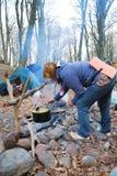 Touriste faisant cuire sur le feu de camp. Images stock