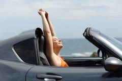 Touriste heureux appréciant une promenade en voiture des vacances d'été image stock