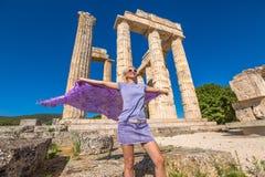 Touriste heureux chez Zeus Temple Photo stock