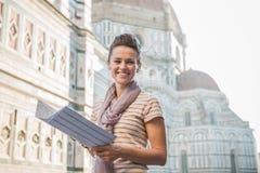 Touriste heureux de femme avec la carte écoutant le guide audio, Florence Photo stock