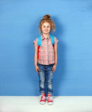 Touriste heureux de fille d'enfant se tenant au mur bleu Concept de voyage et d'aventure Photo libre de droits